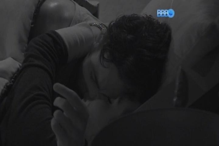 04.fev.2014 - Junior e Letícia namoram na cama do quarto do líder; Cássio se incomoda e vai dormir no chão