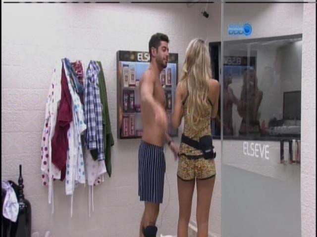 04.fev.2014 - Marcelo e Tatiele usam o banheiro