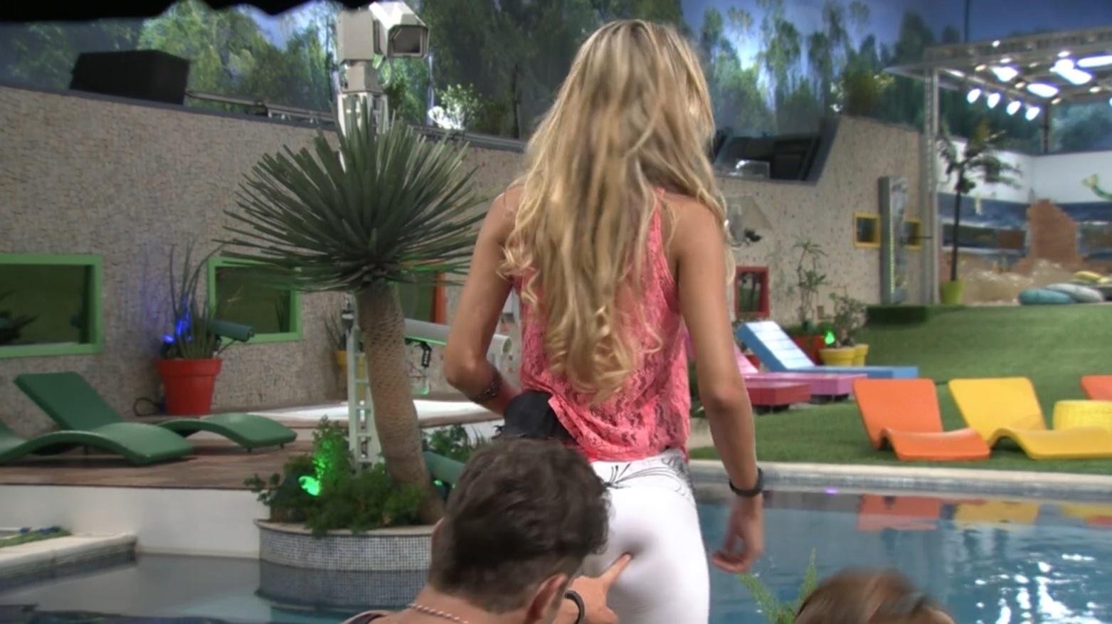 04.fev.2014 - Roni aponta as celulites de Tatiele no bumbum da sister. Ele afirma que tem