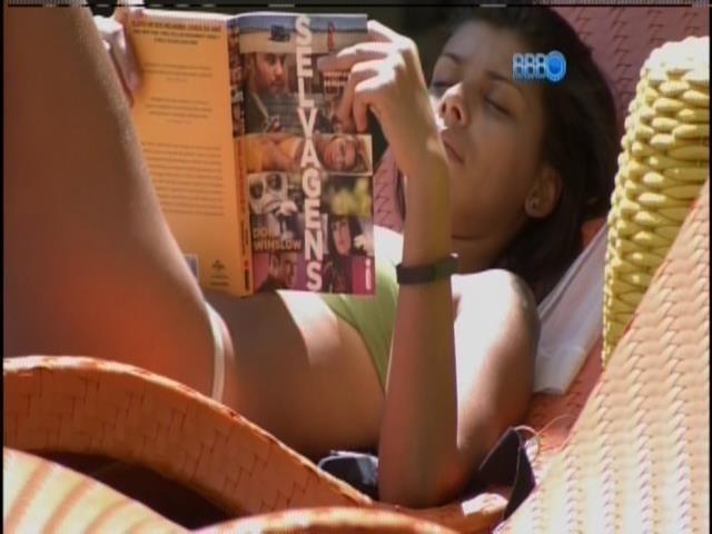 04.fev.2014 - Sozinha na beira da piscina, Franciele lê o livro