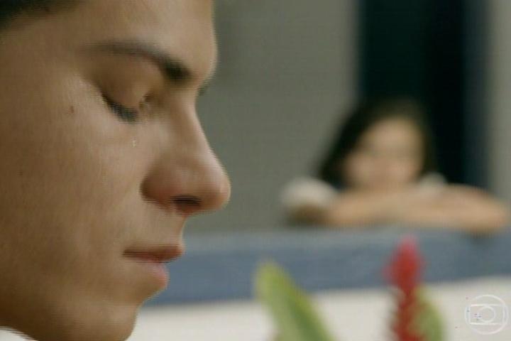 3.fev.2014- Shirley observa Laerte chorar por Helena