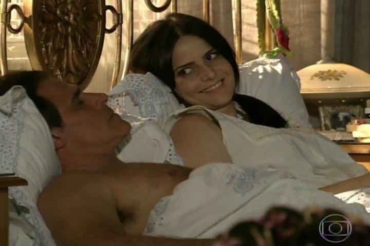 3.jan.fev.2014 - Ramiro e Chica conversam na cama
