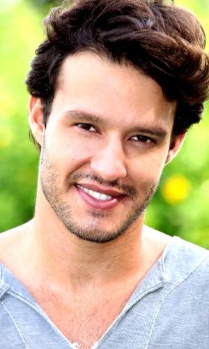"""Novo galã, ator de """"Em Família"""" exibe corpo sarado em fotos"""