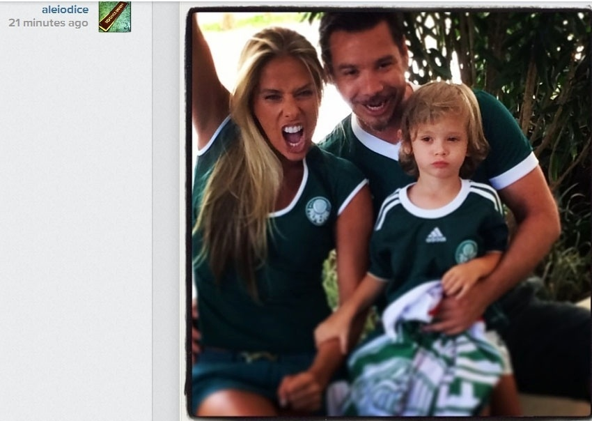 05.fev.2014 - Adriane Galisteu torce para o Palmeiras ao lado do marido Alexandre Iódice e o filho Vittorio