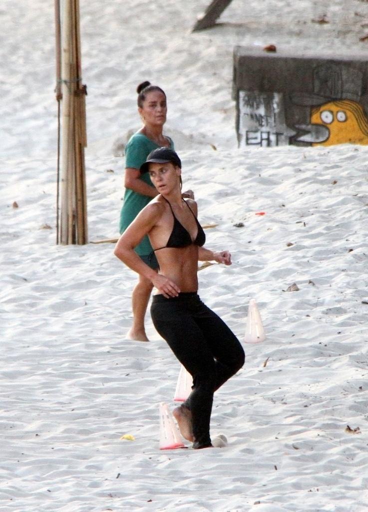 05.fev.2014 - Carolina Dieckmann pratica treinamento funcional na Praia de São Conrado, no Rio de Janeiro e exibe corpo sarado