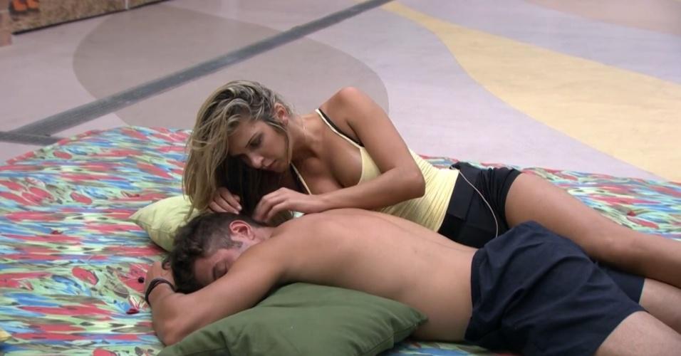 05.fev.2014 - Tatiele tenta fazer as pazes com Roni, mas o modelo diz que não quer conversar com ninguém