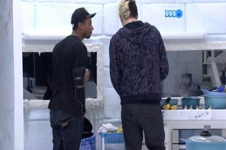 05.fev.2014 - Valter diz para Cássio que não confia em Letícia após ela ter ficado com Junior, já que era amiga de Angela