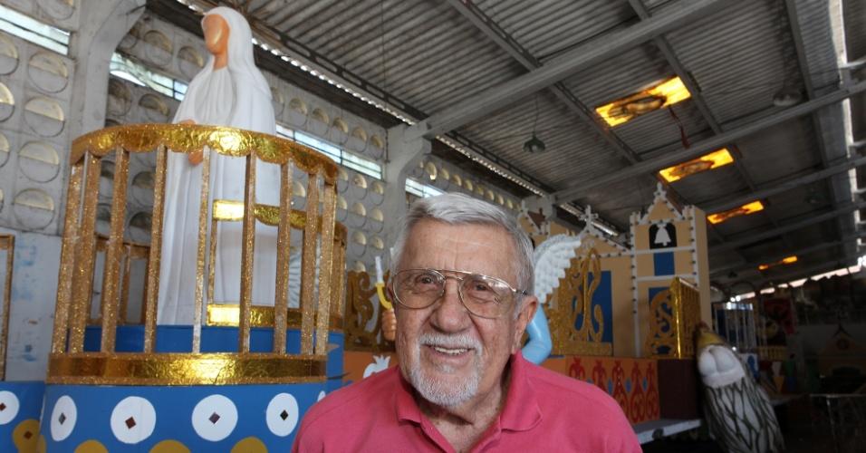 31.jan.2014 - Ary Nóbrega, cenógrafo do Galo da Madrugada, junto a uma das alegorias criadas por ele para o Carnaval 2014, que homenageia Ariano Suassuna