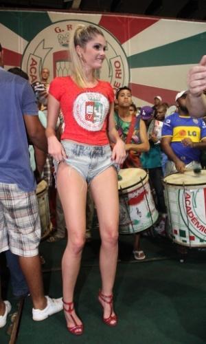 4.fev.2014 - Bárbara Evans samba no ensaio da Grande Rio