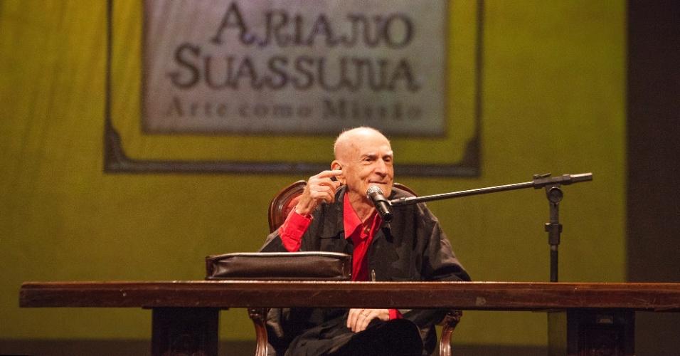 4.fev.2014 - O escritor Ariano Suassuna comanda uma aula-espetáculo no Teatro de Santa Isabel, em Recife