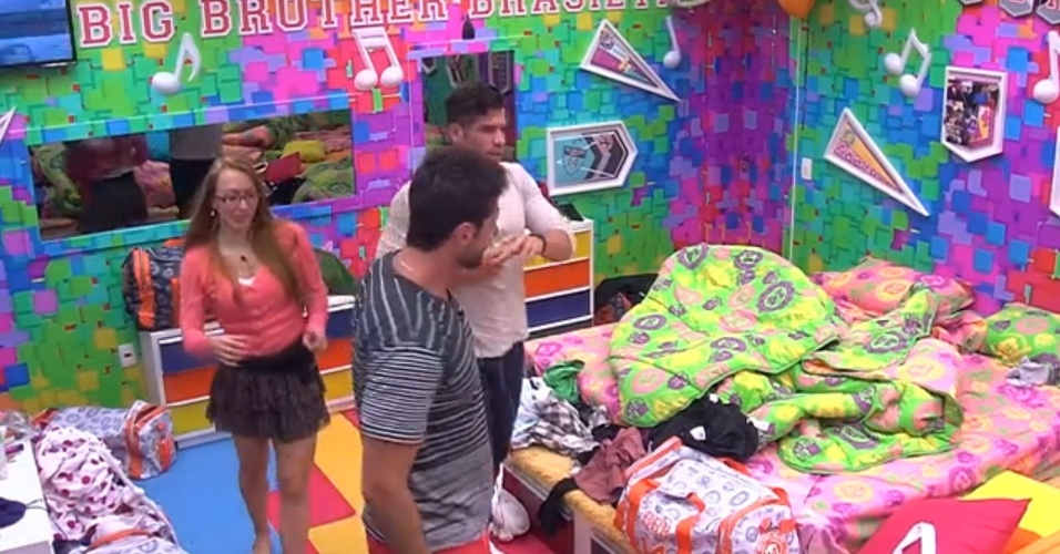5.fev.2014 - Fátima pede para Marcelo e Roni mostrarem o quarto festa