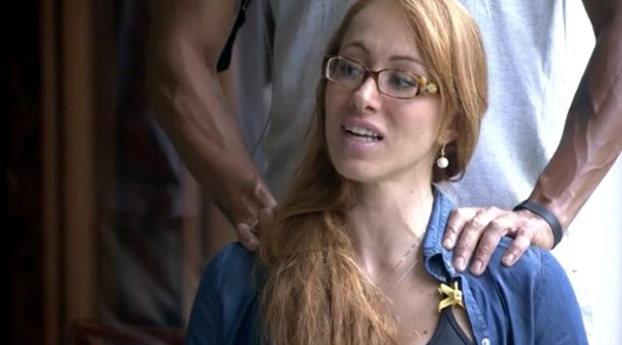 5.fev.2014 - Na varanda da casa, Aline recebe massagem de Valter e compara Junior a Luciano Huck
