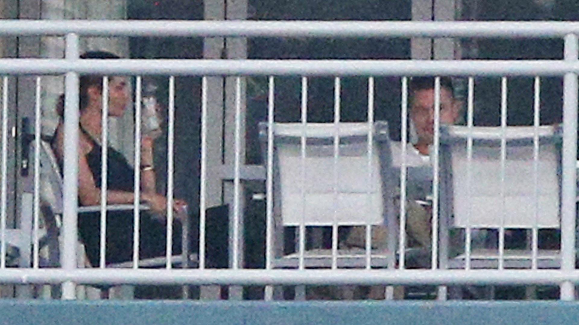 5.fev.2014 - Sem os filhos por perto, Angelina Jolie e Brad Pitt descansam durante o pôr-do-sol na varanda de um prédio na ilha Whitsundays em Queensland, na Austrália