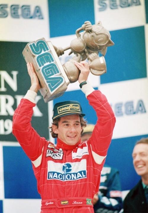 Ayrton Senna levanta um dos troféus do GP da Europa de 1993