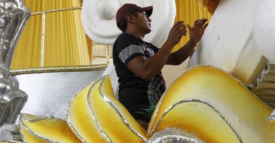 30.jan.2014 - Preparativos da escola Tom Maior para o Carnaval 2014 no barracão da escola, em São Paulo