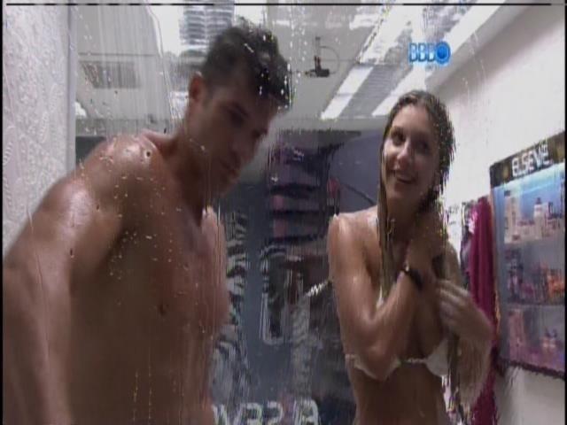 6.fev.2014 - Roni e Tatiele tomam banho juntos