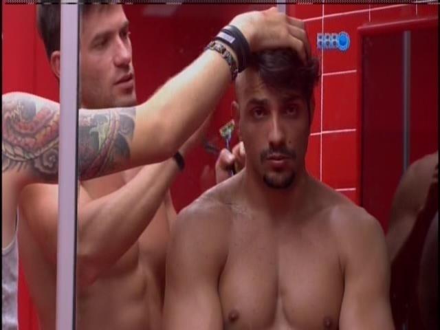 6.fev.2014 - Roni raspa os cabelos de Junior com presto barba