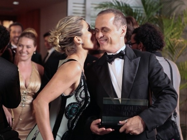 Flávio ganha um beijo de Heloísa depois salvá-la da ira de Inês
