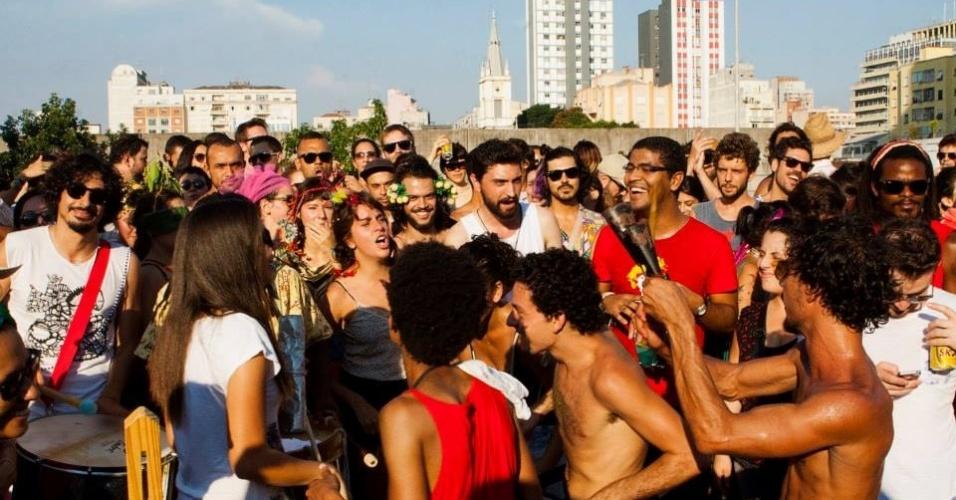 Foliões se divertem ao som do bloco Tarado Ni Você durante ensaio no Elevado Costa e Silva