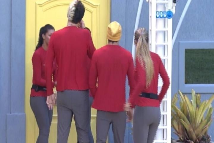 07.fev.2014 - Angela, Franciele, Cássio, Tatiele, Junior e Vanessa e deixam a casa para prova