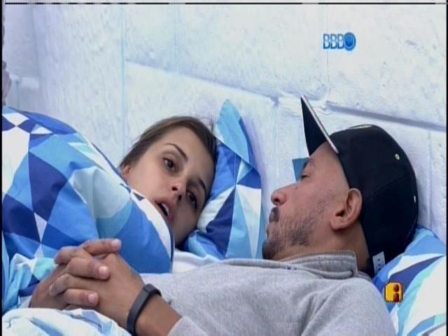 7.fev.2014 - Angela e Valter conversam sobre Letícia