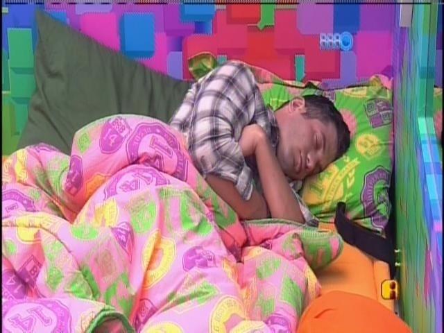 7.fev.2014 - Roni dorme no quarto festa