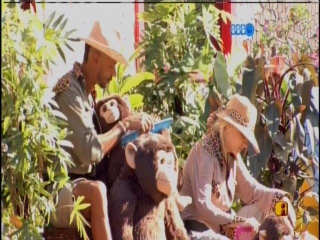 08.fev.2014 - Clara e Valter 'penteiam macaco' por causa do Castigo do Monstro