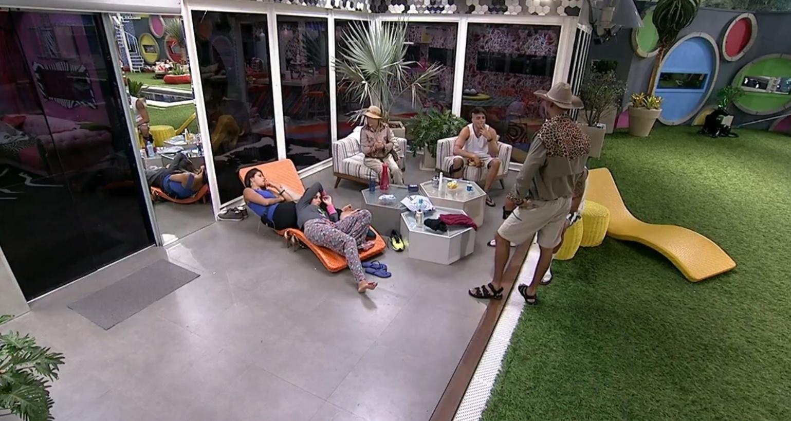 08.fev.2014 - Franciele se irrita com Clara após a sister dize que acha engraçado ver ela e Diego brigarem