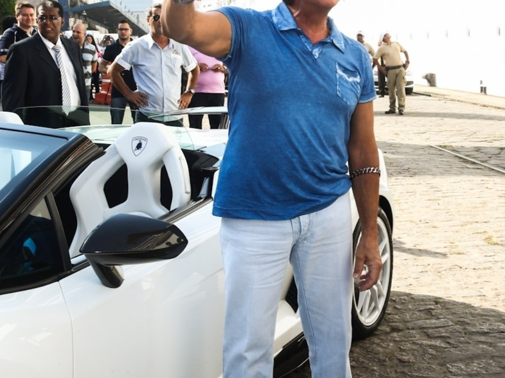 08.fev.2014 - Roberto Carlos chega dirigindo sua Lamborghini para o embarque de seu cruzeiro. O cantor, que é apaixonado por automóveis, chamou atenção dos tripulantes ao chegar com o seu carro de luxo no Porto de Santos, na tarde deste sábado (8). Em 2014, Roberto Carlos está comemorando o décimo ano de seu cruzeiro intitulado