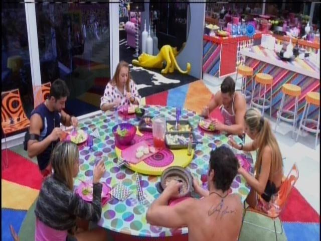 8.fev.2014 - Marcelo, Roni, Tatiele, Vanessa, Aline e Junior almoçam