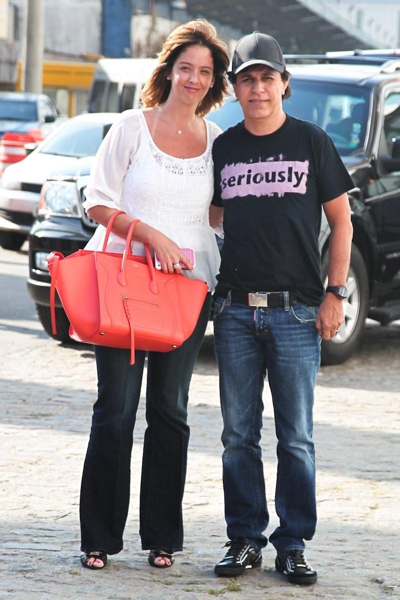8.fev.2014 - O humorista Tom Cavalcante e a mulher, Patricia, embarcando para o cruzeiro de Roberto Carlos,