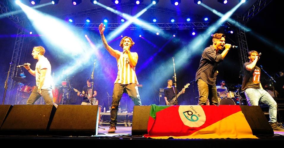 08.fev.2014 - A banda P9 se apresenta no Festival Planeta Atlântida, que acontece na sede campestre da Saba, na praia de Atlântida, em Xangri-Lá, no Litoral Norte do Rio Grande do Sul