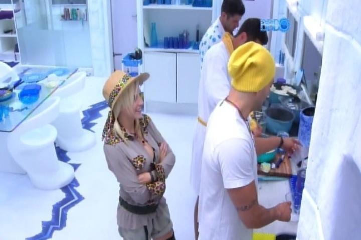 09.fev.2014 - Junior diz a Roni que não gostaria de ir ao paredão com Letícia