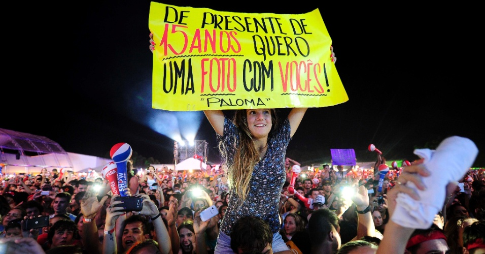 08.fev.2014 - Menina levanta cartaz durante show da dupla Jorge & Mateus no Festival Planeta Atlântida, que acontece na sede campestre da Saba, na praia de Atlântida, em Xangri-Lá, no Litoral Norte do Rio Grande do Sul