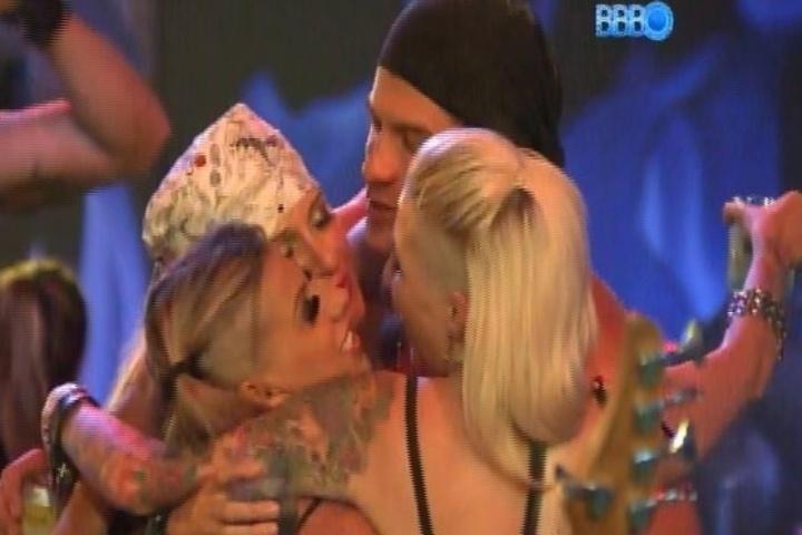 09.fev.2014 - Clara, Vanessa e Tatiele dão selinho triplo na festa Metal