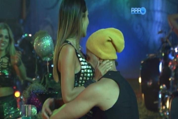 09.fev.2014 - Junior beija os seios de Letícia após fazerem as pazes. O casal teve uma breve discussão depois que a mineira sugeriu que ele