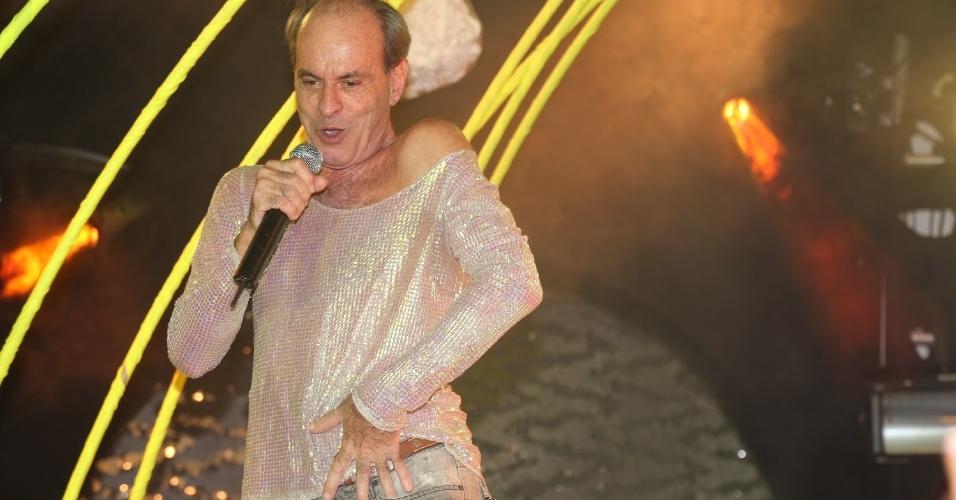 8.fev.2014 - Ney Matogrosso faz suas típicas performances no evento Pipoca Moderna, em Salvador