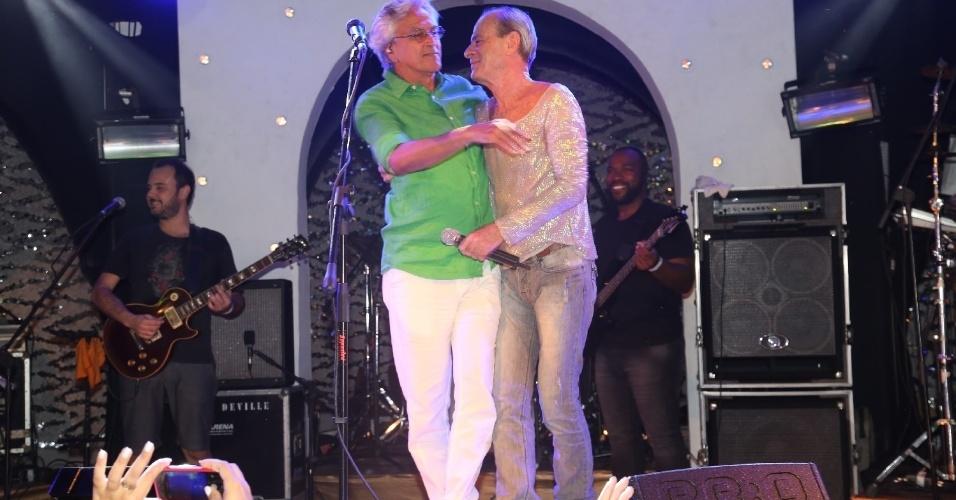 8.fev.2014 - No evento Pipoca Moderna comandada por Marcia Castro em Salvador, Caetano Veloso e  Ney Matogrosso cantam juntos