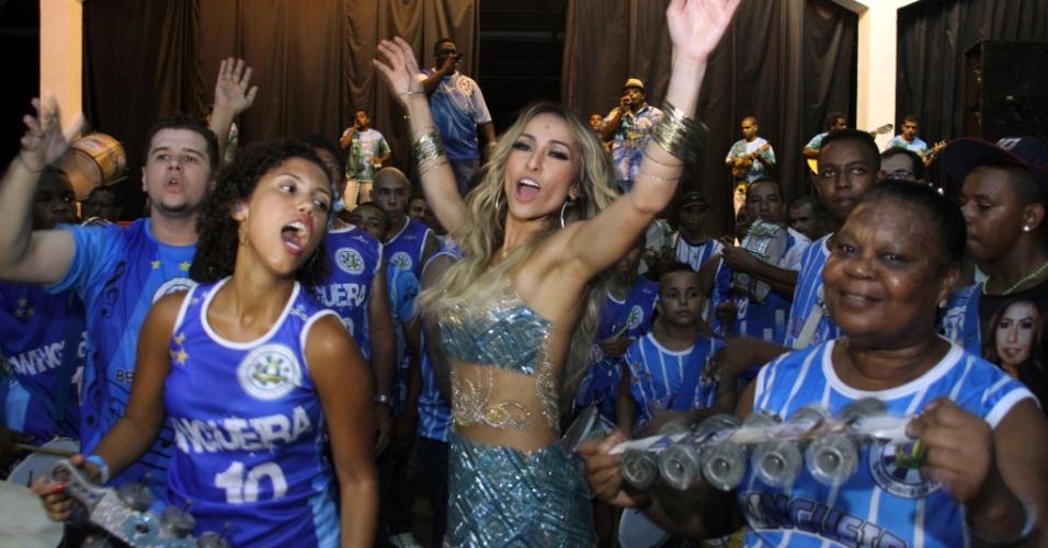 8.fev.2014 - Sabrina Sato que completou 33 anos no dia 4 de fevereiro, depois de comemorar a data em São Paulo, a rainha da Vila Isabel, festejou com os amigos na quadra da escola, no Rio de Janeiro