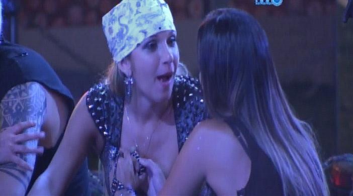 8.fev.2014 - Tatiele e Letícia conversam sobre Junior na festa