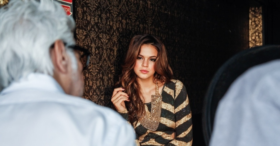 9.fev.2014 - Com decote ousado e pernas de fora, Bruna Marquezine posa sensual para catálogo de moda. A atriz posou ao lado de outras modelos para a nova campanha da marca Planet Girls