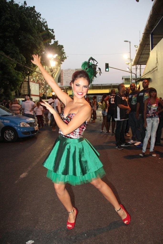 9.fev.2014 - Paloma Bernardi no ensaio técnico da Grande Rio, na noite deste domingo (9), na Praça da Apoteose, no Rio