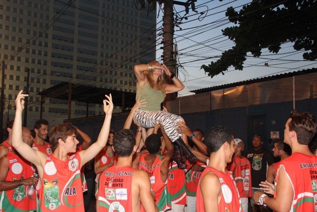 9.fev.2014 - Susana Vieira entra carregada no ensaio técnico da Grande Rio, na noite deste domingo (9), na Praça da Apoteose, no Rio