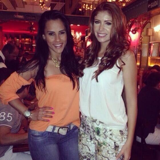 10.fev.2014 - Amanda publica foto com a ex-BBB Kelly Medeiros