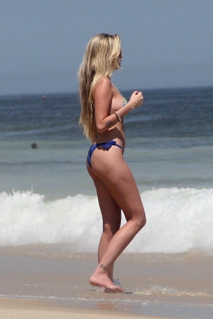10.fev.2014 - Bárbara Evans é clicada com microbiquíni na praia de Ipanema