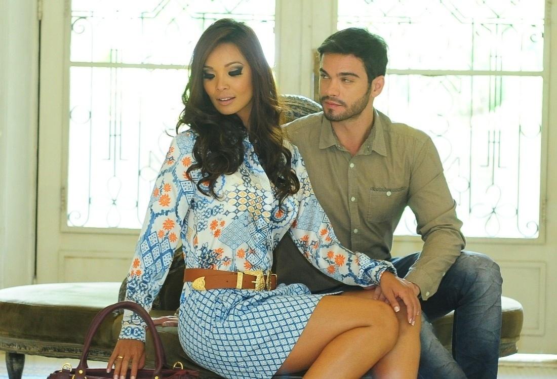 10.fev.2014 - Carol Nakamura e Sidney Sampaio fizeram ensaio para um catálogo de roupas no Palácio dos Cedros, em São Paulo. A assistente de palco do