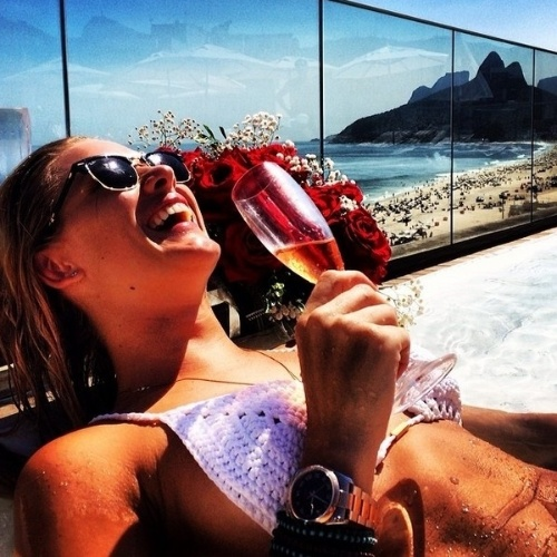 10.fev.2014 - Fiorella Mattheis comemora seu aniversário tomando espumante na piscina