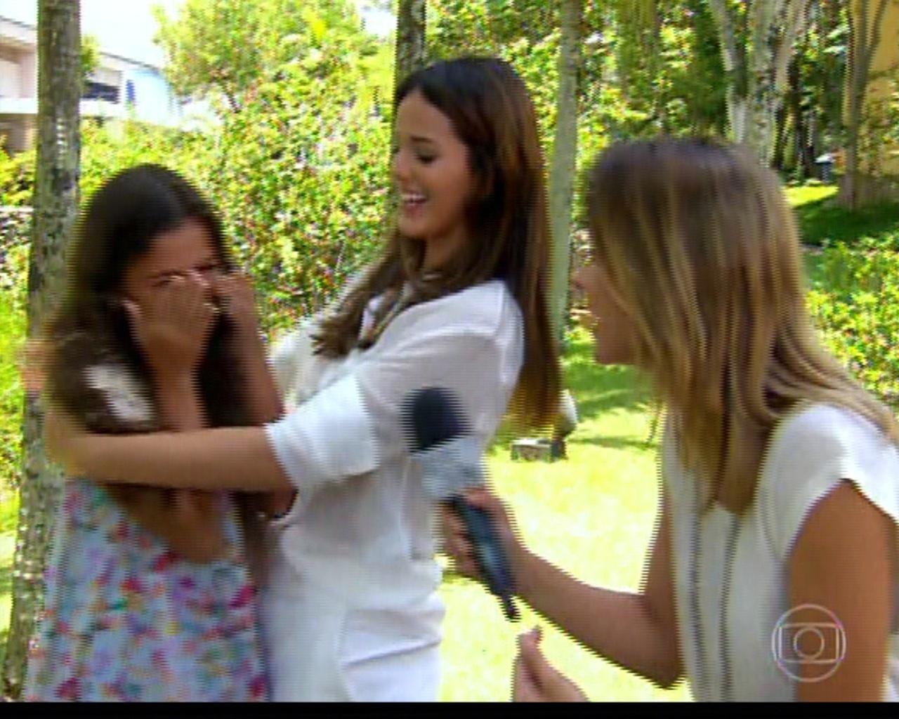 10.fev.2014 - Luana Marquezine se envergonha em entrevista ao lado da irmã Bruna Marquezine e cobre rosto com as mãos no