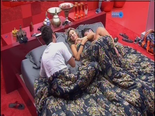 10.fev.2014 - Marcelo, Roni e Tatiele dormiram juntos no quarto do líder