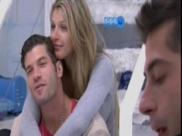 10.fev.2014 - Roni, Tatiele e Marcelo aguardam o horário da compra de comida